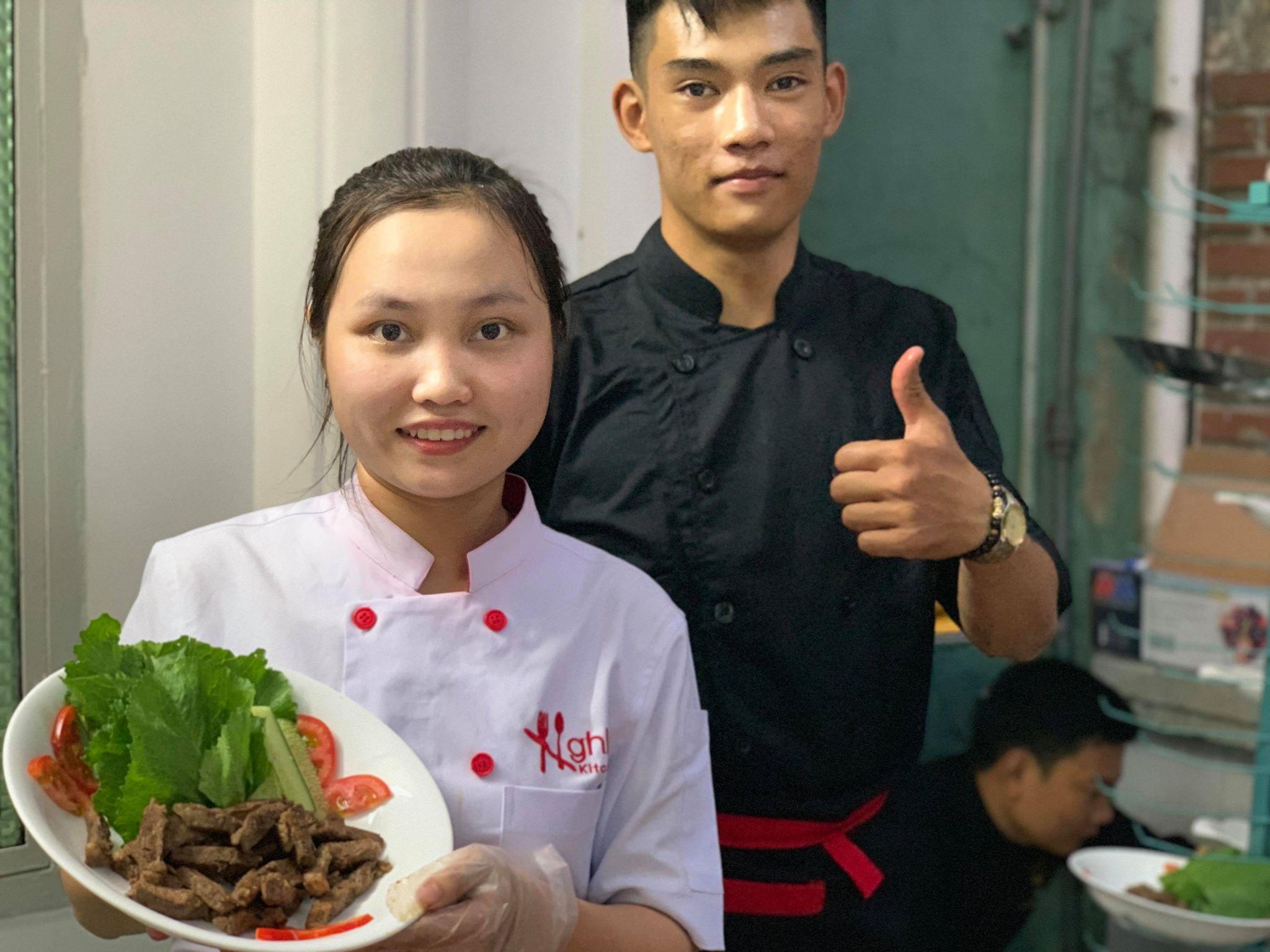 Nhân viên dịch vụ nấu tiệc tại nhà hunifood luôn nở nụ cười trên môi
