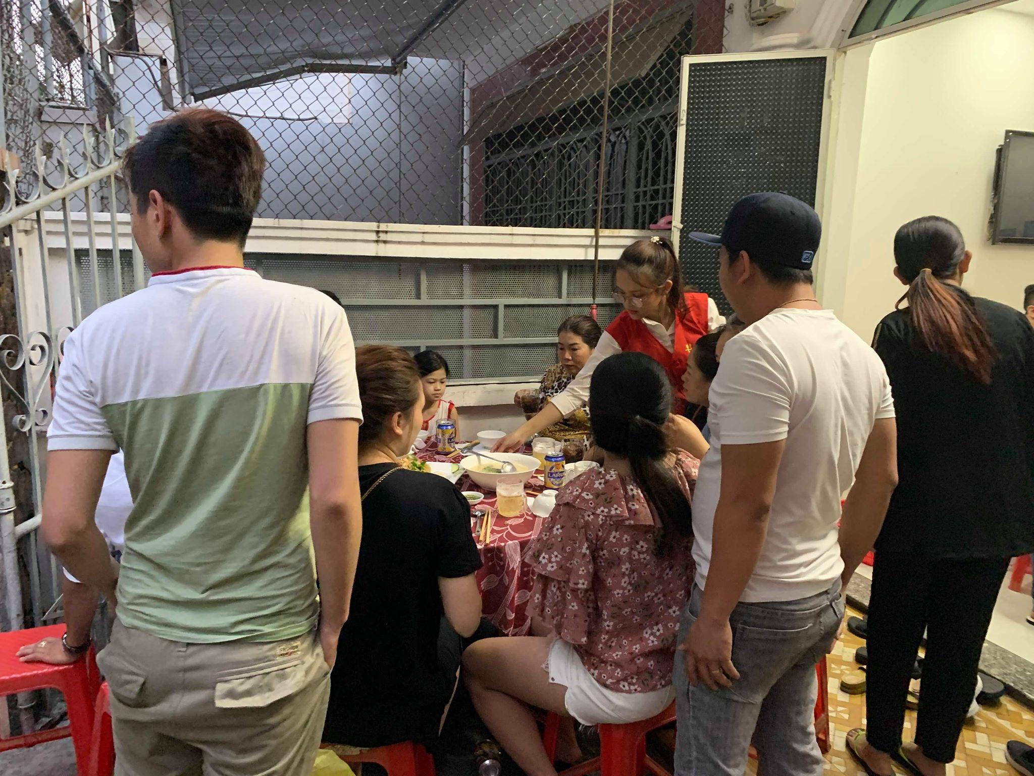 Nhân Viên của dịch vụ nấu tiệc tại nhà HuniFood Đang Phục vụ tiệc cho Gia chủ