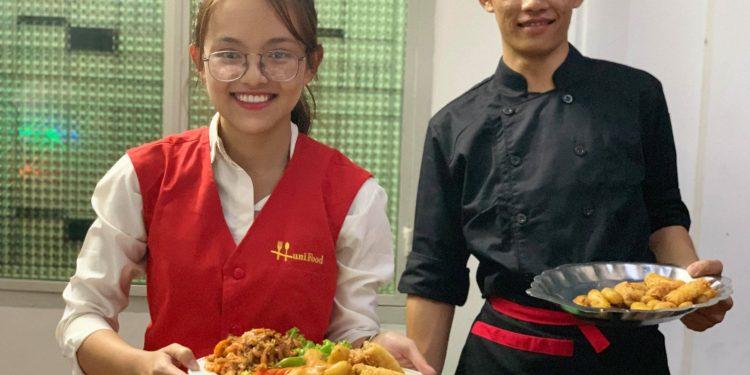 2 nhân viên ưu tú của công ty dịch vụ nấu tiệc tại nhà hunifood